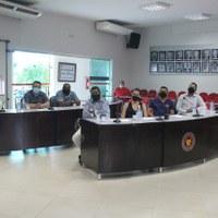 Vereadores eleitos participam de reunião como mesa diretora.